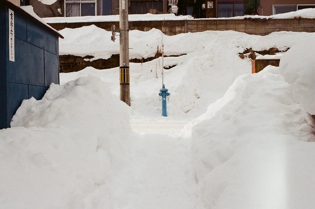 小樽 Otaru, Japan / Kodak ColorPlus / Nikon FM2 藍色的消防栓,這還是我第一次看到。  看看兩旁的雪堆的好高,走在這樣的小路其實也有點害怕!  這裡剛好是一個 T 字路!  Nikon FM2 Nikon AI AF Nikkor 35mm F/2D Kodak ColorPlus ISO200 8269-0021 2016-02-02 Photo by Toomore