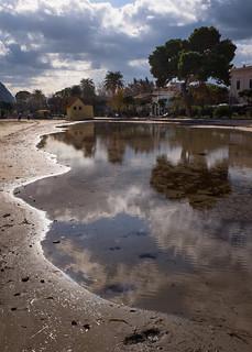 Bild av Spiaggia di Mondello Stranden med en längd på 1504 meter. mondello palermo beach cloudy reflection tree fuji x100t water sky