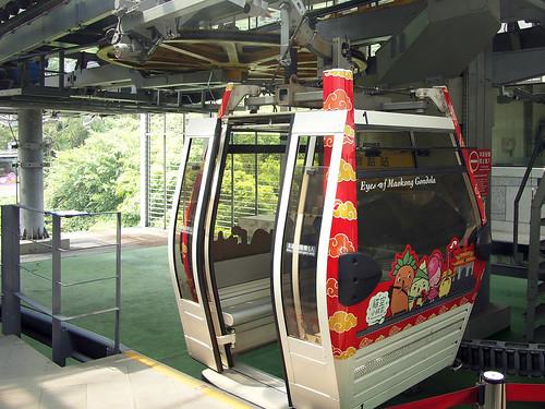 02.水晶車廂跟一般車廂的差別是地板是透明的