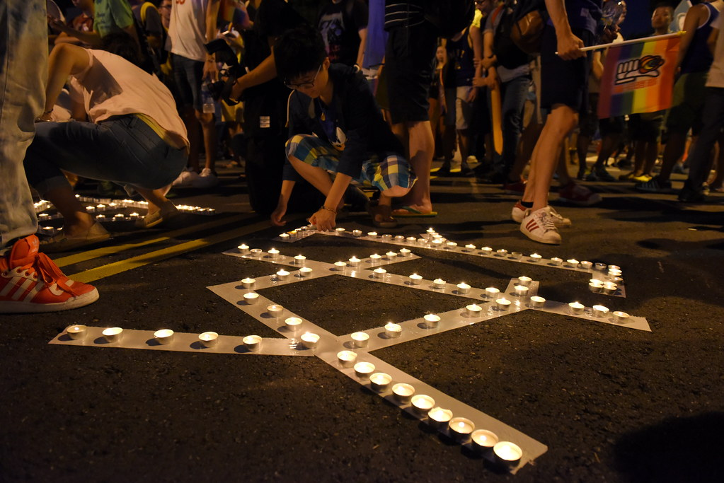 立院現場的「平權、平安」點燈祈福,則因昌鴻颱風過後的天候風勢遲遲無法全數點亮,但現場人員在活動結束前仍持續點燈。(攝影:宋小海)