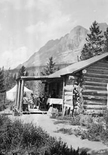 Mr. C.H. Cummings' cottage, Yellowhead Lake, Lucerne, B.C. (with Seven Sister Peaks), 1914 / Le chalet de M. C.H. Cummings au lac Yellowhead, à Lucerne, en Colombie-Britannique (avec les pics Seven Sisters à l'arrière plan), 1914