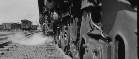 51−峰山駅を貨物列車が発車