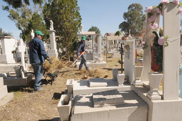 Intensifican trabajos de limpieza en panteón de Saucito: Servicios Municipales