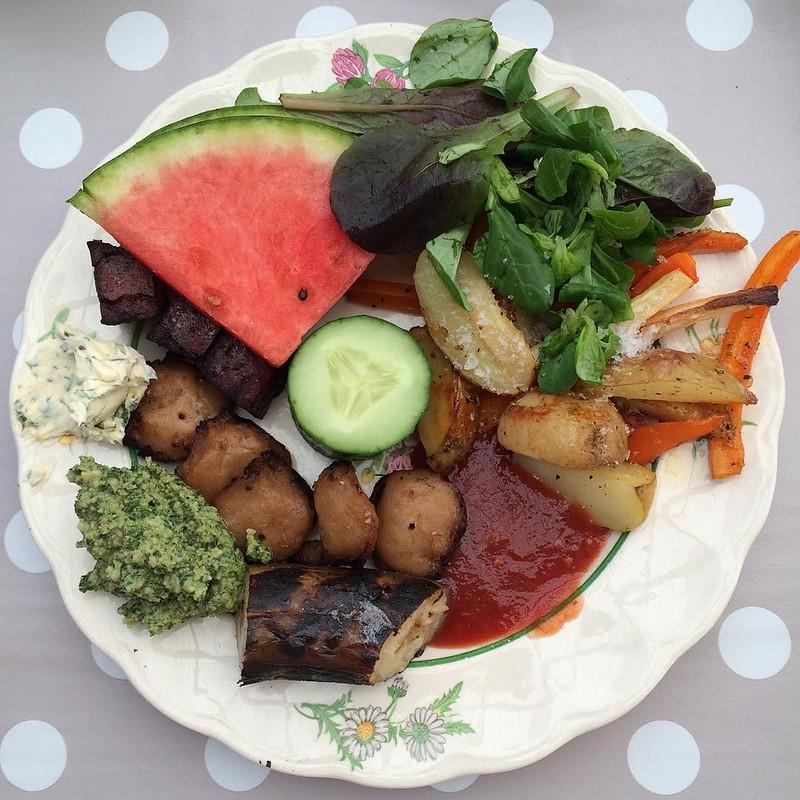 #vadveganer när de har semester: grillad tzay och tofu, hemmagjord ketchup, pesto på kryddväxter, kryddsmör, vattenmelon osv.