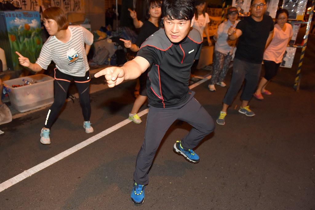 在台的Hydis工人也展現戰舞自我激勵。由於資方承諾跳票,下週一工人將發動進一步抗爭。(攝影:宋小海)