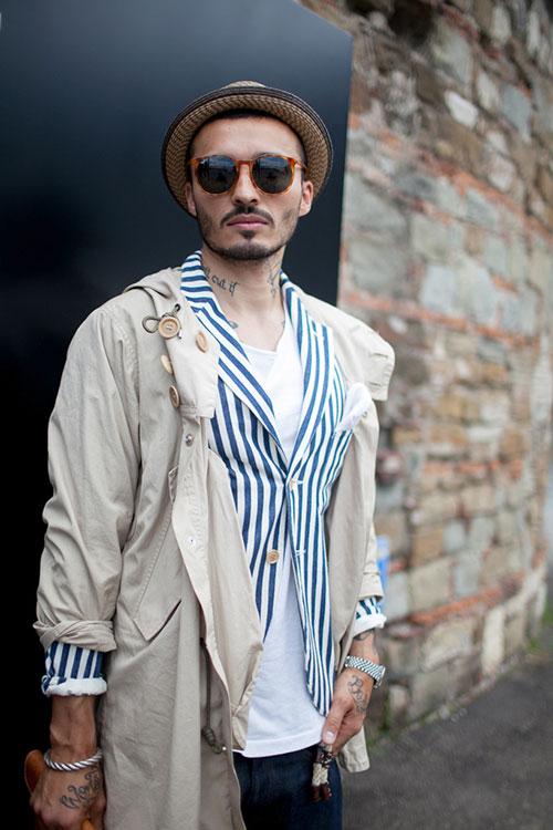 ベージュモッズコート×青白ストライプジャケット×白Tシャツ