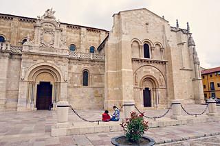 http://hojeconhecemos.blogspot.com.es/2015/07/basilica-de-san-isidoro-leon-espanha.html