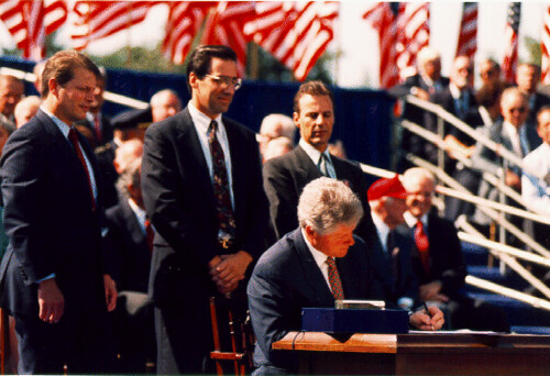 Bill_Clinton_signing_Nafta