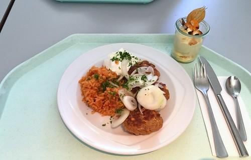 Bifteki with fresh onions, tzatziki & tomato rice / Bidteki mit frischen Zwiebeln & Tzatziki, dazu Djuvecreis