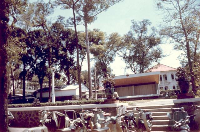 Đường Tự Do, Công viên Chi Lăng - Nhà mái ngói là trụ sở Bộ Giáo Dục trên đường Lê Thánh Tôn