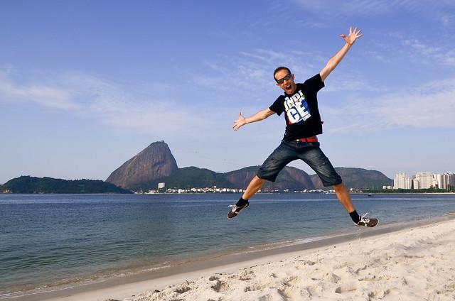 Saltando en las playas de Rio de Janeiro en Brasil