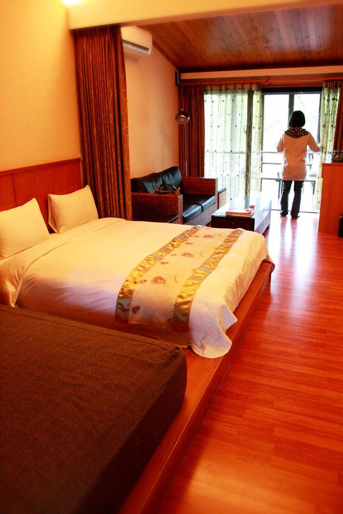 房間,有二張床,一張是睡覺的床,一張是看電視的床