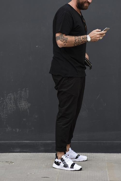 無地黒Tシャツ×黒チノパン×リーボックフューリーライト
