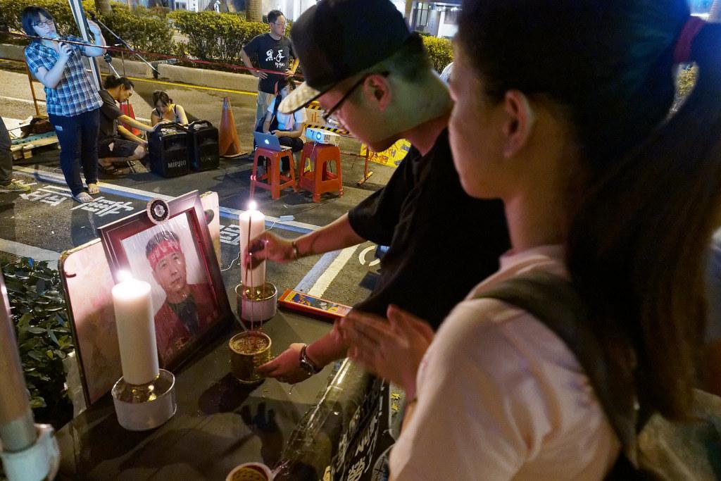 仁愛路現場重新設置了裴宰炯的簡單靈堂,歡迎台灣朋友到場上香致意。(攝影:林佳禾)