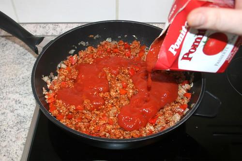 30 - Mit passierten Tomaten ablöschen / Deglaze with sieved tomatoes