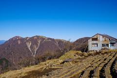 丹沢最高峰の蛭ヶ岳(左奥)