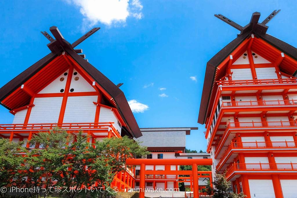 宝徳山稲荷大社の巨大建築物