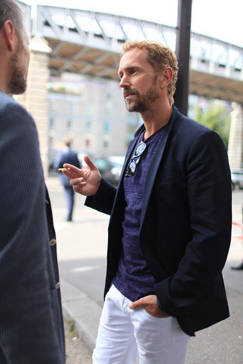 濃紺テーラードジャケット×ホワイトパンツ