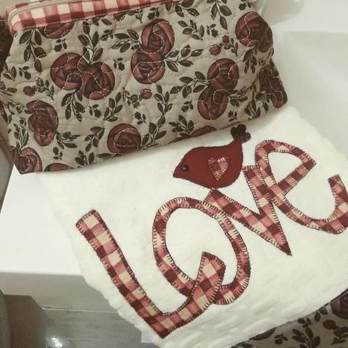 Necessaire e toalha de lavabo.. #amopatch #patchwork #amopatchwork #patch #shabbychic #sewing #costurinhas #costurices #craft #crafter #fofurices #amocosturar #decor #viciadaemtecidos #life #love #agulhaelinha #artesanato #minhasartes #feitopormim #feitoa