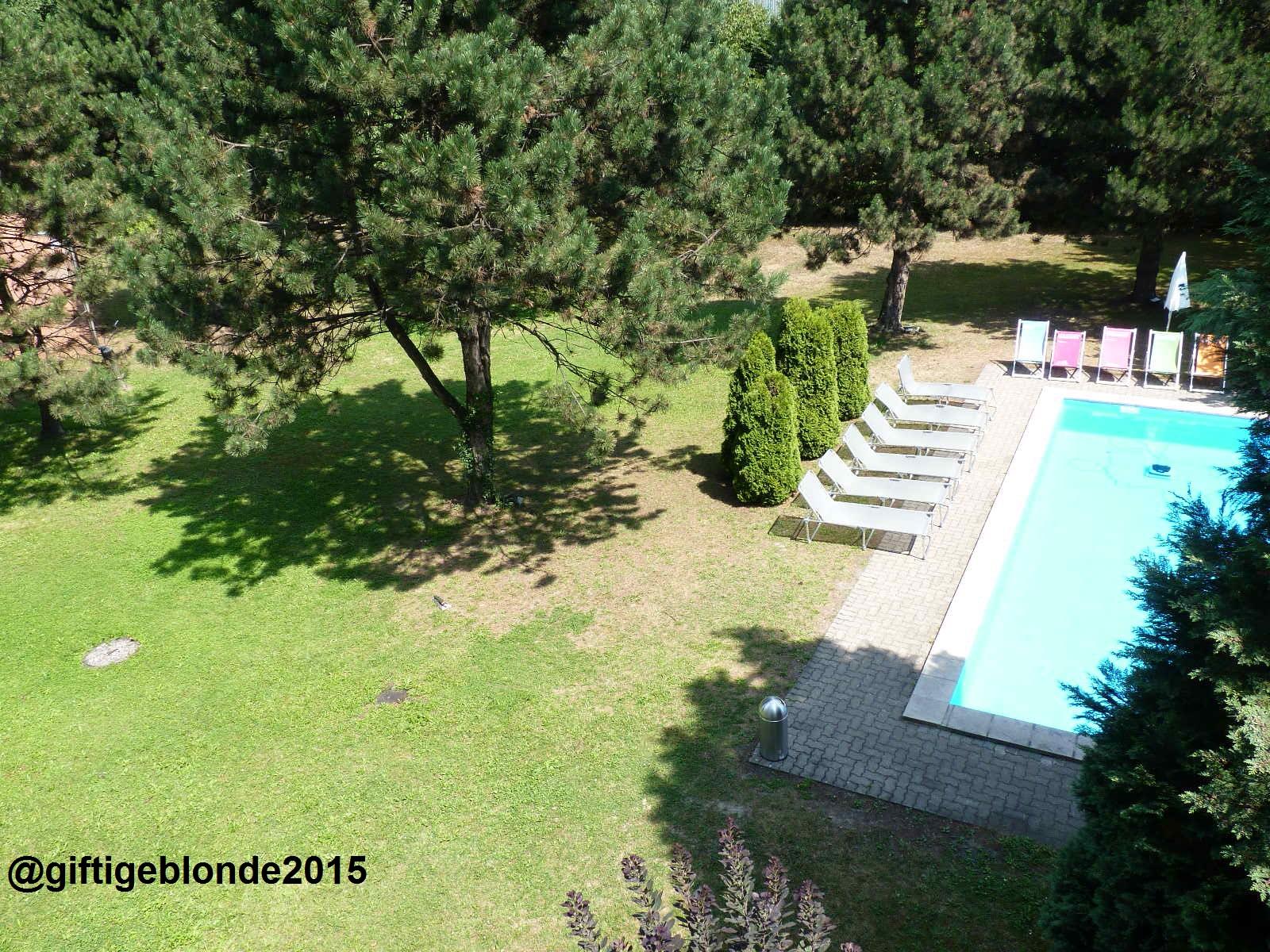 Hotel Pool im Grünen