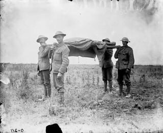 Bringing in the dead, July 1916 / Transport d'un mort, juillet 1916