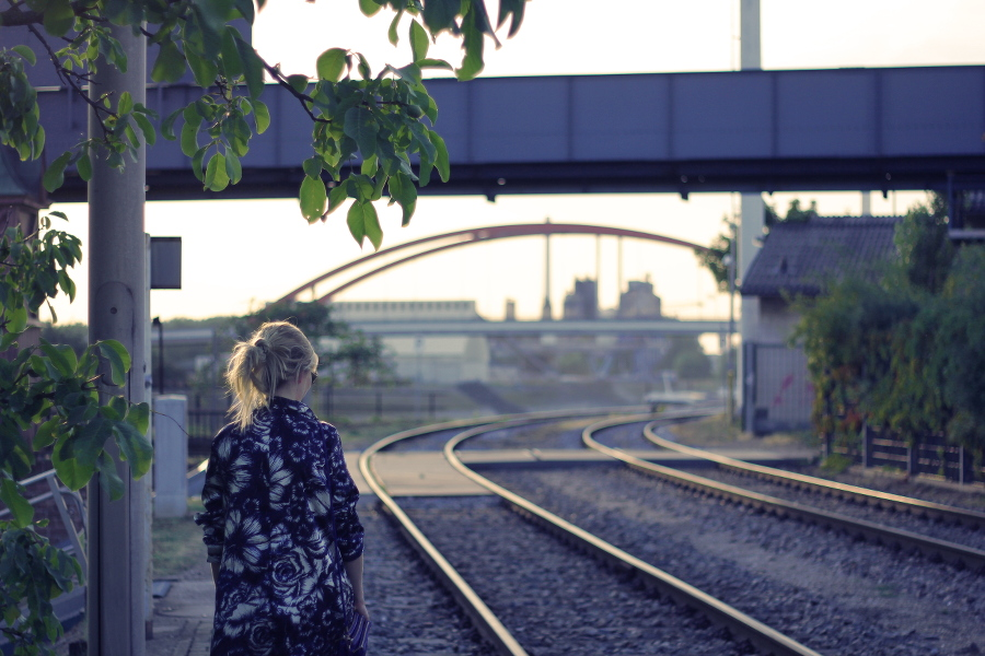 outfit-jacket-flowers-blue-light-city-train-gleise-dämmerung-bridge