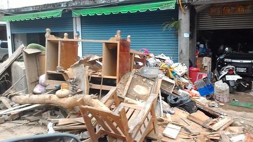 居民遭風災毀損的家具,堆積在路上。攝影:黃淑玲。