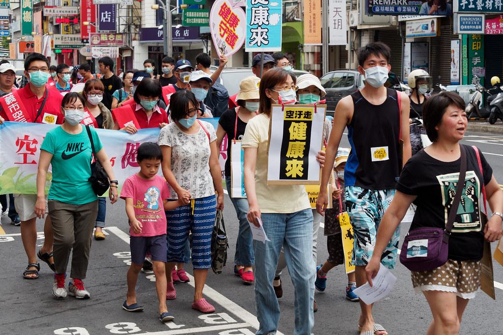 嘉義反空污遊行,有不少市民攜家帶眷參與。(攝影:林佳禾)