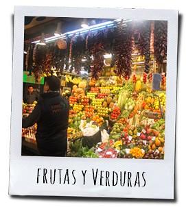 Kleurrijke kramen met groenten en fruit op de versmarkt van Barcelona