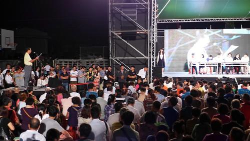 民眾現場上台,對市府團隊提問。攝影:陳文姿。