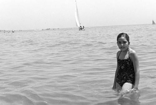 Nena banyant-se