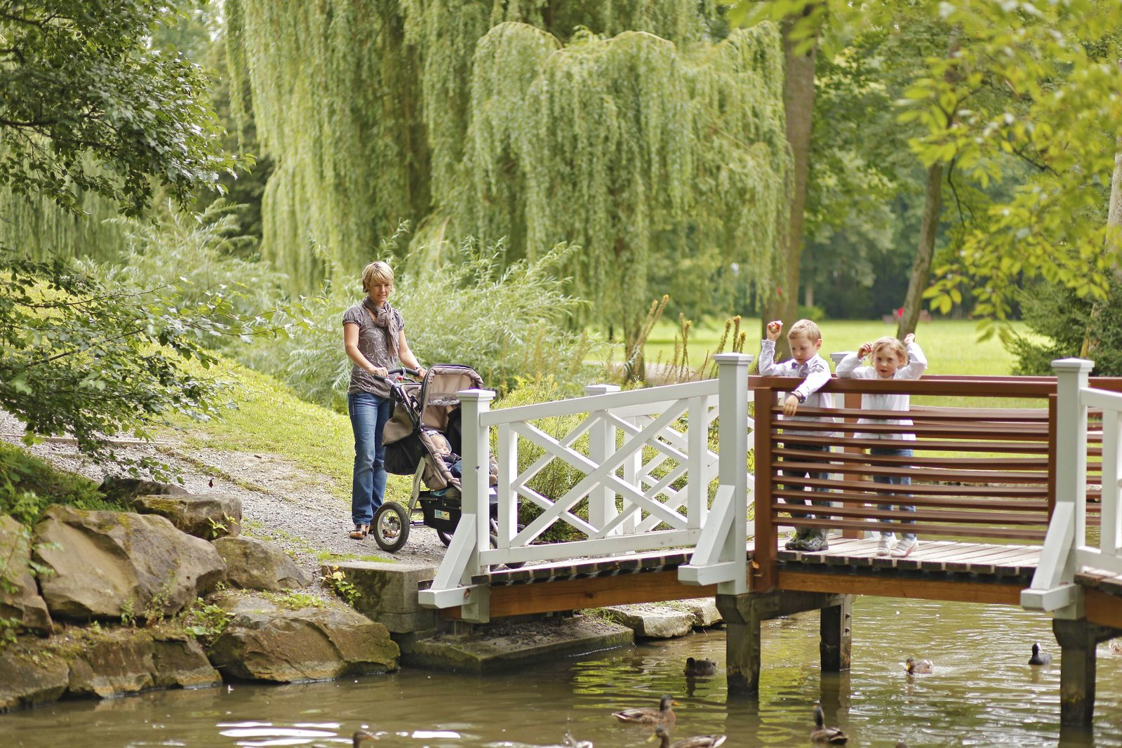 Der Schlosspark im Stil eines englischen Gartens ist eine weitläufige grüne Idylle.