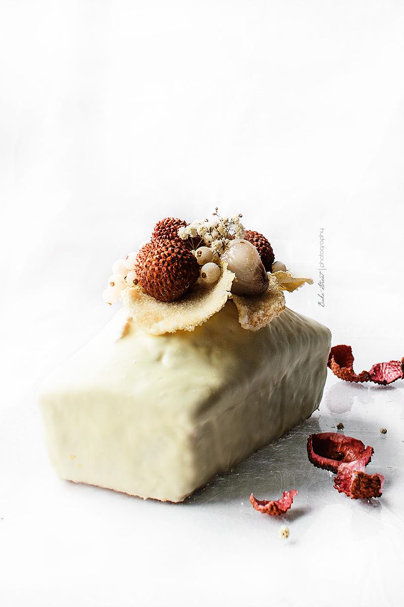 Bizcocho de coco y lichis con chocolate blanco