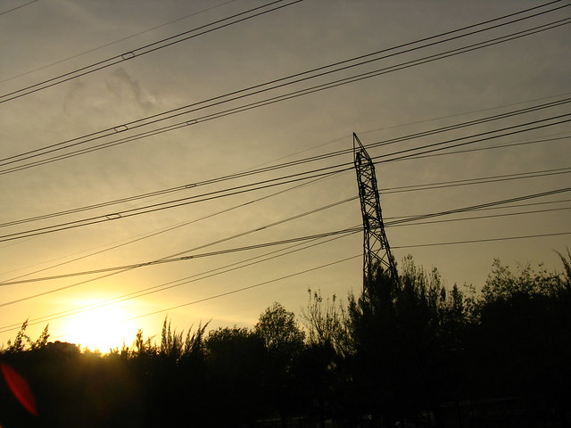Electricidad m ltiples cables de alta tensi n corren - Cables de electricidad ...