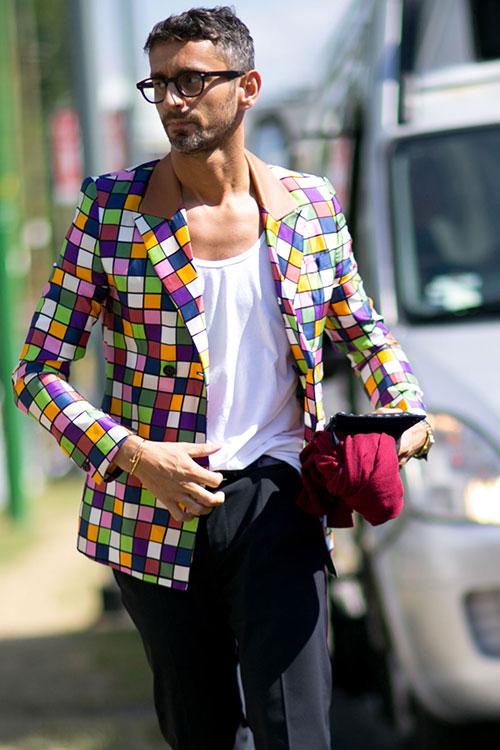 ブロック柄ジャケット×白Tシャツ