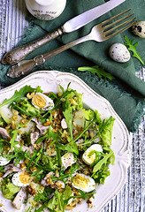 Green salad with chicken,apple and eggs.