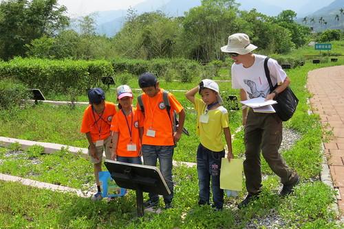 在陳雍青指導下,學童實戰操練解說技巧。攝影:謝宗璋。