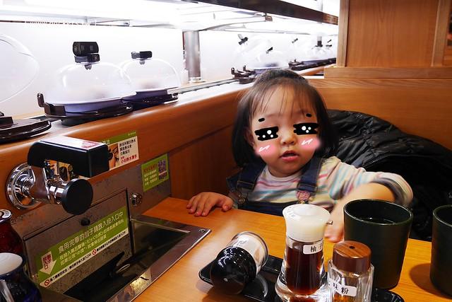 32330331476 f8983c842e z - 【台中西屯】藏壽司(くら寿司):首間街邊店進駐台中福科路,日本土藏造型街邊店外觀,吃5盤可以轉一次扭蛋很童趣