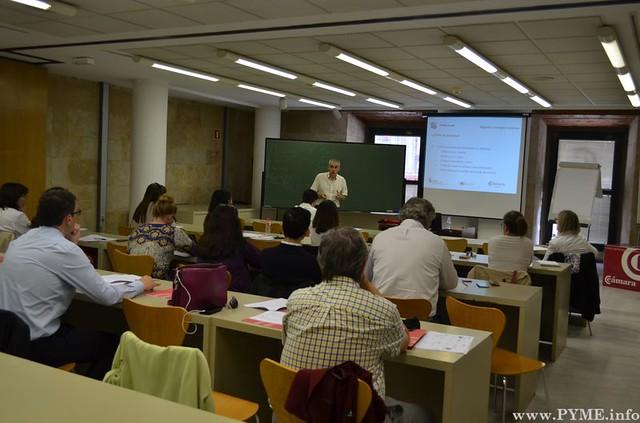 Participantes atentos a la explicación en el 3er seminario de Diseña tu plan