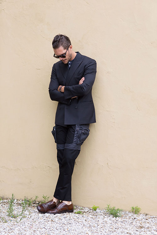 黒ダブルジャケット×デニムバンドカラーシャツ×黒カーゴパンツ