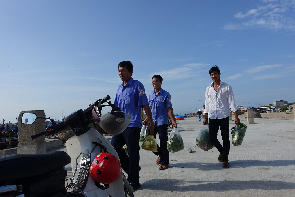 Lương thực từ đất liền chuyển ra đảo