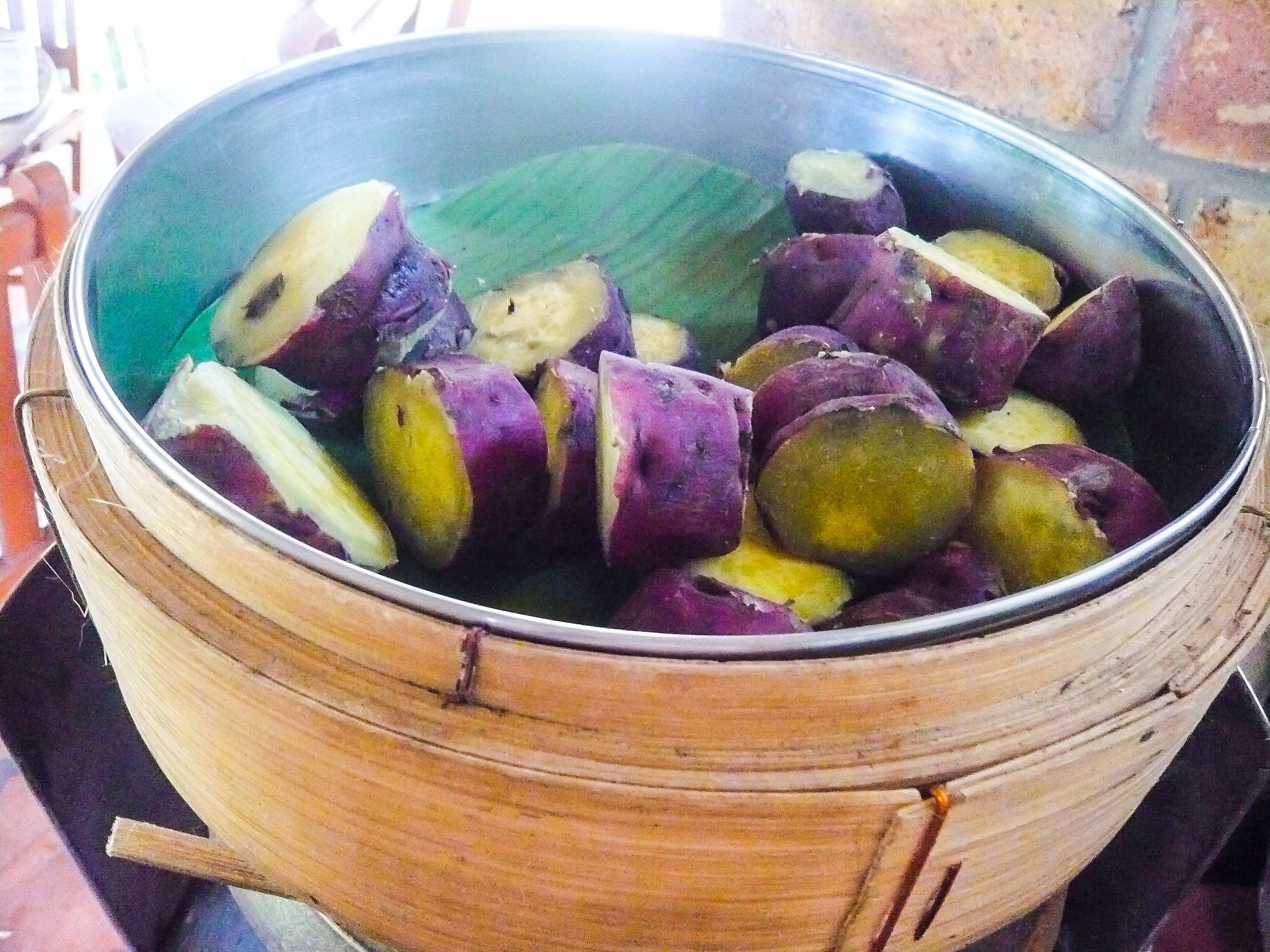 Khoai lang hấp (boiled sweet potatoes)