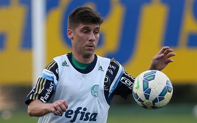 Com dores no tornozelo, Fellype Gabriel sai do treino do Palmeiras carregado