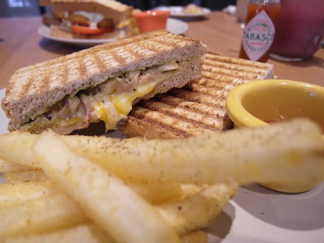 煙燻雞肉帕尼尼 ($130),起司橫溢!@Waffle Please比利時列日鬆餅大安店