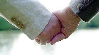 Manos anciano matrimonio