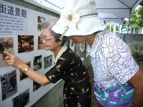 在老家舉辦照片展,斐悅的奶奶也看得很開心。圖片來源:黃斐悅。