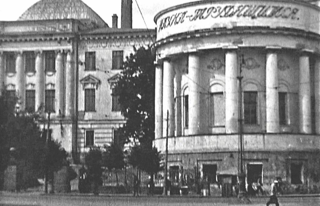 """Надпись """"Наука - трудящимся"""" на  фасаде закрытого храма. Фотография 1926 года"""