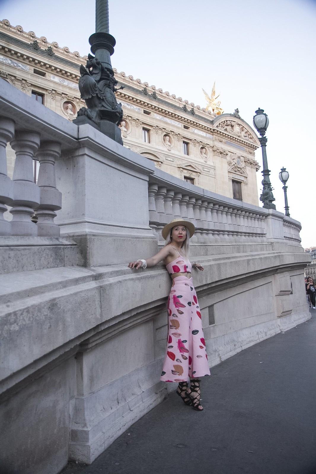 paris_outside_museum_pose