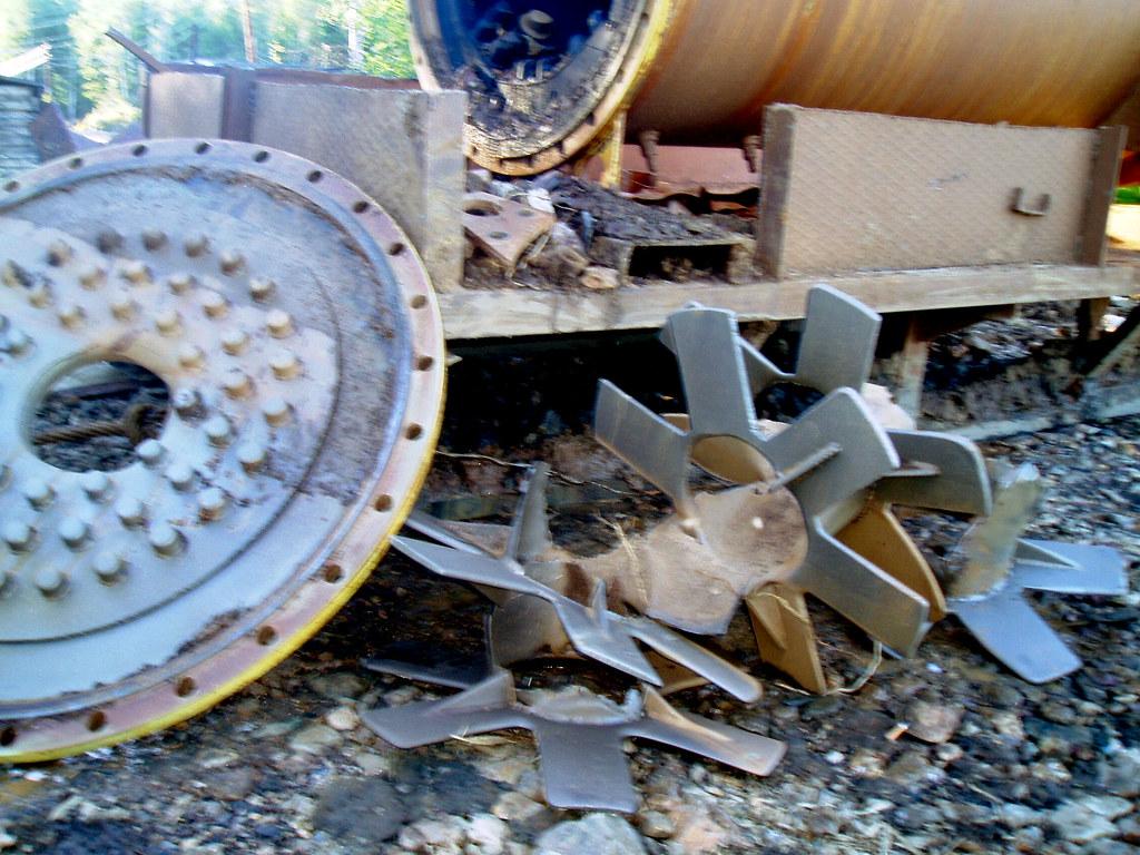 Вид лопастей и трубы после месяца работы
