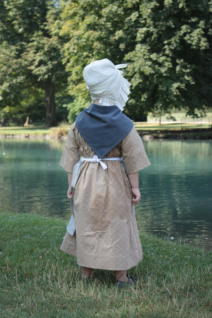 Reproduction de costume de petite fille 1780